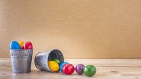 Deux gobelets argentés avec les oeufs de pâques colorés photographie stock
