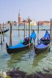 Deux gondoles amarrées dans la lagune Photo libre de droits