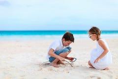 Deux gosses à la plage Photo stock