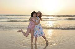 Deux gosses asiatiques jouant sur la plage Photos libres de droits