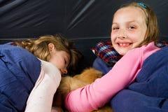 Deux gosses dans une tente Photographie stock