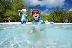 Deux gosses des vacances tropicales Images stock