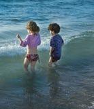 Deux gosses en mer Images stock