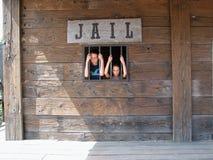 Deux gosses en vieille prison Image libre de droits