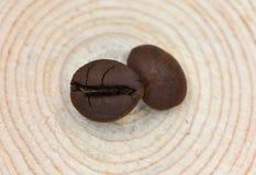 Deux grains de café sont sur le tabouret d'arbre Images libres de droits