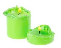 Deux grandes bougies allumées vertes Image libre de droits