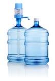 Deux grandes bouteilles de l'eau avec la pompe d'isolement sur le blanc Photographie stock