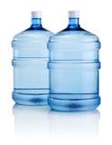 Deux grandes bouteilles de l'eau d'isolement sur le fond blanc Photographie stock libre de droits