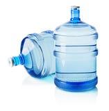 Deux grandes bouteilles de l'eau sur le fond blanc Photos stock