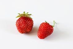 Deux grandes fraises sur un fond blanc Photos stock
