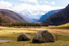 Deux grandes pierres au milieu de la vallée de montagne d'Altai Paysage de montagnes d'Altai Photos libres de droits