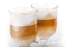 Deux grandes tasses avec des poignées de café de latte photographie stock libre de droits