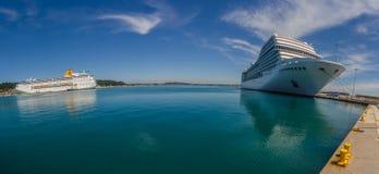 deux grands bateaux de croisière dans le port Images libres de droits