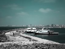 Deux grands bateaux de poissons se garant à côté des murs de la citadelle de Qaitbay sur la côte d'Alexanderia, Egypte image libre de droits