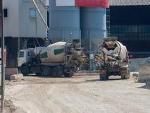 Deux grands camions de camion de ciment ont apporté le ciment à la zone industrielle de l'usine i photo stock