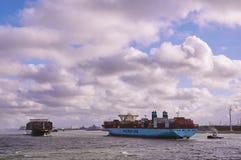 Deux grands navires de récipient dans la Manche de Rotterdam Image stock