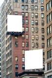 Deux grands panneaux d'affichage vides blancs sur l'immeuble de brique Photo libre de droits