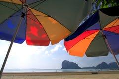 Deux grands parapluies colorés à la plage Images libres de droits