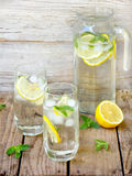Deux grands verres de limonade froide avec de la glace, citron, feuilles en bon état Images stock