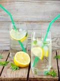 Deux grands verres de limonade froide avec de la glace, citron, feuilles en bon état Images libres de droits