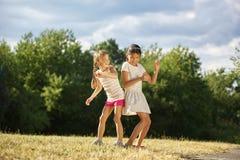 Deux grils dansant en été Photographie stock libre de droits