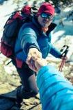 Deux grimpeurs dans les montagnes Image stock