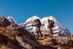 Deux grimpeurs de montagne adultes marchant sur Ridge rocheux Photographie stock