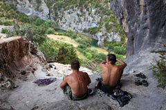 Deux grimpeurs de roche ayant un reste Photographie stock libre de droits