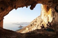 Deux grimpeurs de roche ayant un reste Photos stock