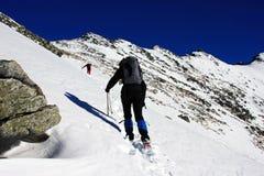 Deux grimpeurs montant sur la crête de Peleaga, en montagnes de Retezat, la Roumanie Images libres de droits