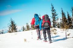 Deux grimpeurs sont dans les montagnes Photographie stock libre de droits