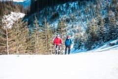 Deux grimpeurs sont dans les montagnes Photos libres de droits