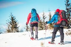 Deux grimpeurs sont dans les montagnes Images stock