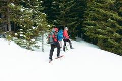 Deux grimpeurs sont dans les montagnes Photo stock
