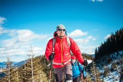 Deux grimpeurs sont dans les montagnes Photographie stock