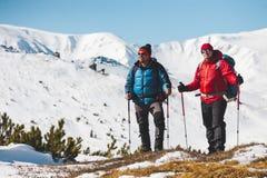 Deux grimpeurs sont dans les montagnes image stock