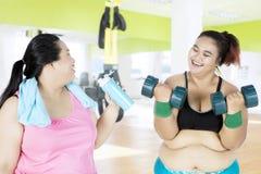 Deux grosses femmes au centre de fitness Photographie stock
