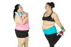 Deux grosses femmes faisant l'étirage ensemble Photos libres de droits