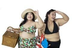 Deux grosses femmes regardant quelque chose Images stock