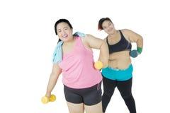 Deux grosses femmes s'exerçant avec des haltères Photos libres de droits