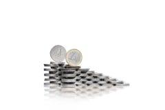 Deux groupes croissants de piles des pièces de monnaie avec le quart de dollar et dessus Image libre de droits