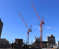 Deux grues dans un chantier de construction, New York Photo libre de droits