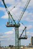 Deux grues de construction, ville de Londres Images stock