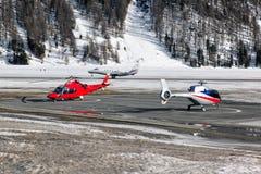 Deux hélicoptères à l'aéroport de St Moritz Images libres de droits