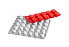 Deux habillages transparents de pilules d'isolement sur le fond blanc images stock