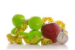 Deux haltères, pomme rouge, bande de mesure Photo libre de droits