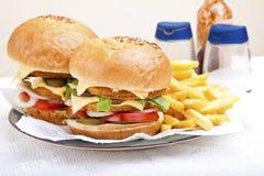 Deux hamburgers énormes délicieux de feston de poulet Photos stock