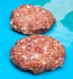 Deux hamburgers crus frais de boeuf Images libres de droits