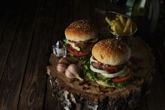 Deux hamburgers de boeuf sur un fond foncé Photo stock
