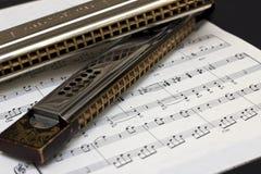 Deux harmonicas sur la musique de feuille Image libre de droits